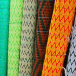 Jak přidělat rohož na zeď k posteli? Rákosové a bambusové rohože za postel