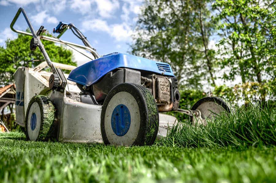 Shrabat listí a posekat trávu